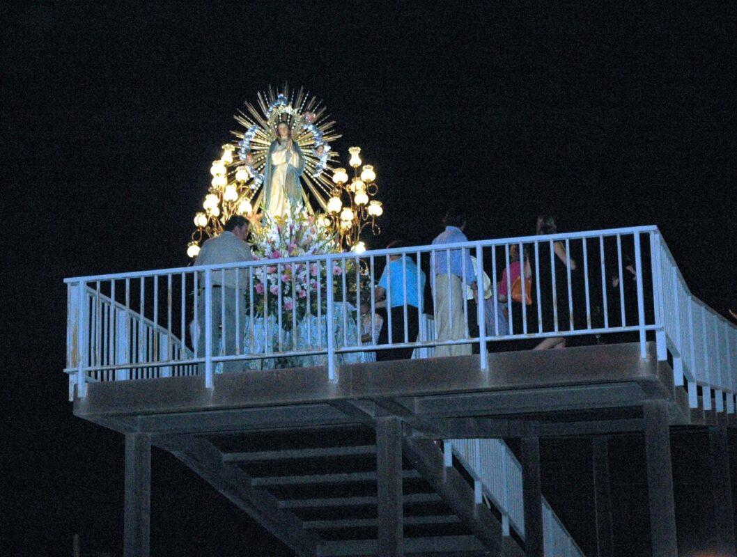 La imagen de la Purísima atraviesa el puente peatonal para ir de la iglesia al núcleo urbano de La Punta/fiestassancristobal