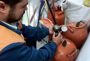 Un inspector realiza una revisión de gas
