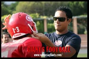 El entrenador del Valencia Giants le coloca el casco a Guardado/valencia giants