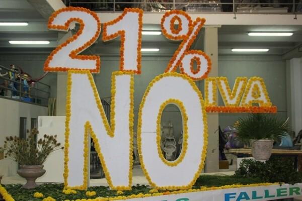 Una plataforma protesta hecha con flores por dos artistas falleros contra la subida del IVA/vivelasfallas