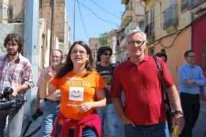 El portavoz de Comprómis, Joan Ribó, con la diputada Mónica Oltra en una calle del Cabanyal