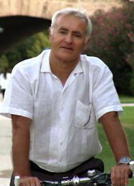 El portavoz de Compromís, Joan Ribó, circula en bicicleta por el Jardín del Turia