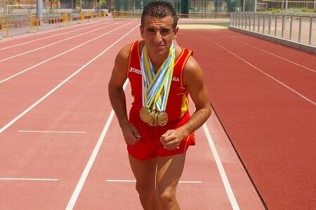 El policía portuario de Valencia, jose luis campo, con las medallas en unas pistas de atletismo/ayto albal