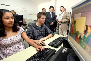 El entonces conseller de Educación, José Císcar, en la visita al IES Baleares donde está en marcha el proyecto de libro digital, según la conselleria/gva
