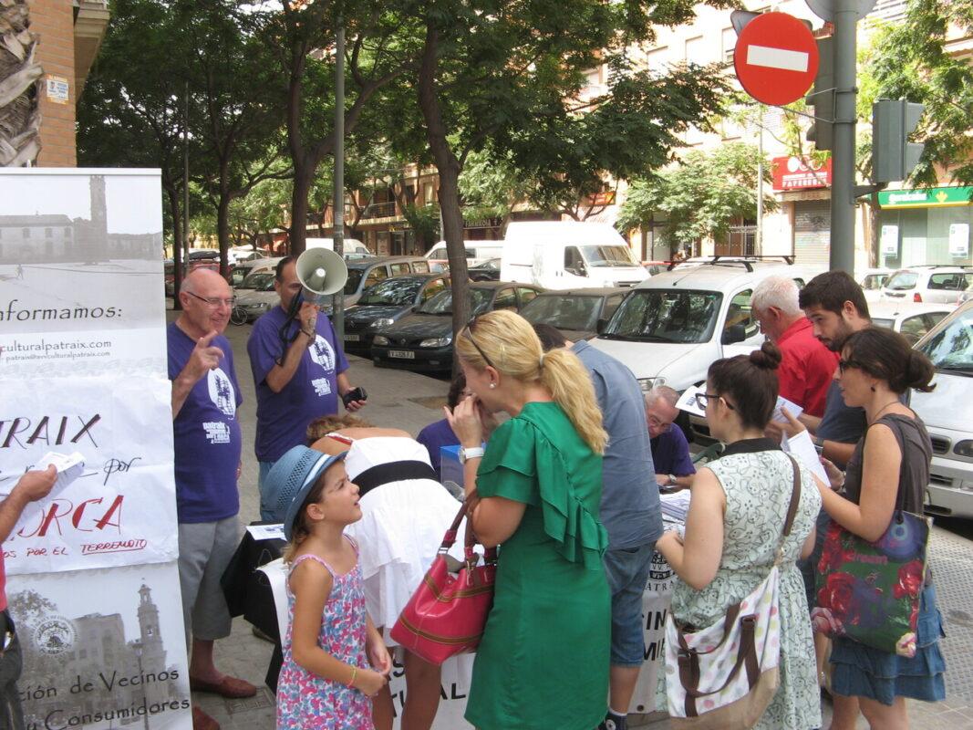 Un grupo de personas en la mesa que ha montado la asociación en el Mercado de Jesús/aavv patraix