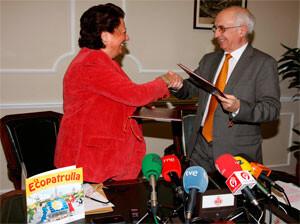 La alcaldesa de Valencia y un responsable de la Fundación Mapfre en la presentación de una campaña de años pasados