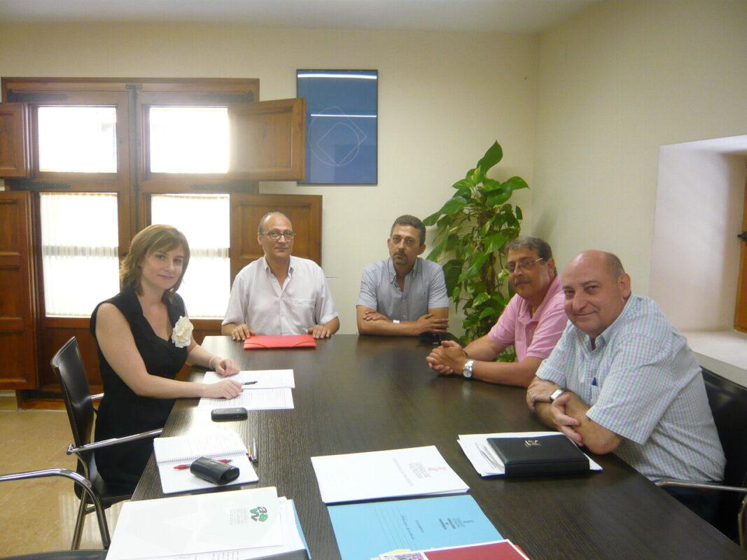La directora general de Participación Ciudadana, María Barrios, con dirigentes vecinales de Cavecova/gva