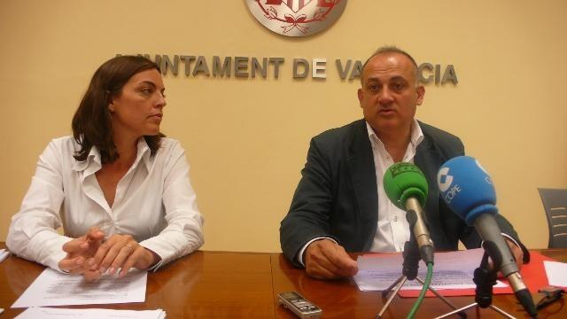 La edil Annais Menguzzato y el portavoz socialista Joan Calabuig/pspv