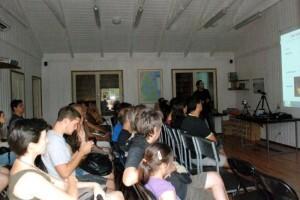 Antes de la visita se hace una charla en el Racó de L´Olla/Varios asistentes a los actos del año pasado/cuadernomurcielagos.blogspot.com