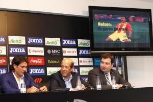 El jugador con el presidente del Valencia, Manolo Llorente, en la presentación a los medios de comunicación/vcf