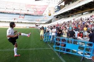 Nelson Valdez lanza la pelota a la grada che donde hubo decenas de seguidores y algunos paraguayos/vlc