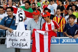 Un grupo de seguidores en las gradas del Mestalla/vcf