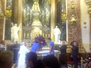 Iborra y Juanfran entregaron la ofrenda floral compuesta por flores que formaron los colores granotas/vlcciudad