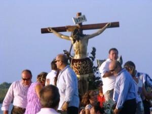 La imagen del Cristo de la Salud en una embarcacion/juanfrán barberá