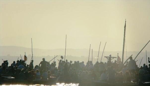 Las barcas concentradas en el centro del lago para la bendición y petición de auxilio/juanfran barberá