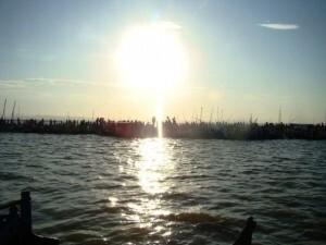 Una imagen de la procesión por el lago/juafrán barberá