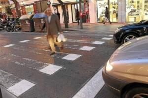 Dos personas atraviesan un paso de cebra con la nueva forma de pintada/elmundo