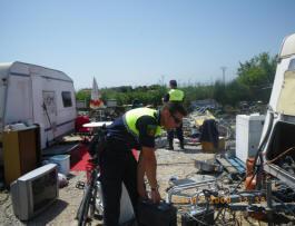 Varios agentes rastrean en un zona con restos de objetos/plv
