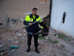 Un agente de la patrulla coge un ave en un solar/plv