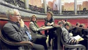 La concejal Soriano departe con su portavoz Joan Ribó en un pleno