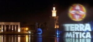 Una vista nocturna del piromusical de fuegos artificiales