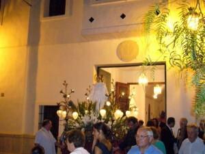 Un momento del traslado del santo en Poble Nou en años pasados/fiestassancristobal