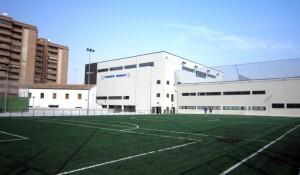 Exterior del polideportivo de Benimaclet con el campo de fútbol en primer plano/cmd ingenieros