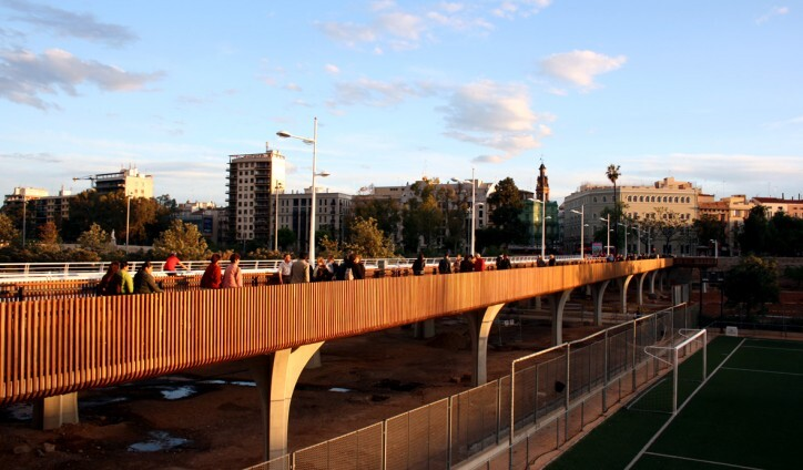 Un grupo de personas atraviesa la zona peatonal de Pont de Fusta