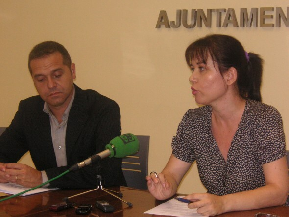 La edil Rosa Albert en una rueda de prensa junto al portavoz de EU, Amadeu Sanchis/eupv