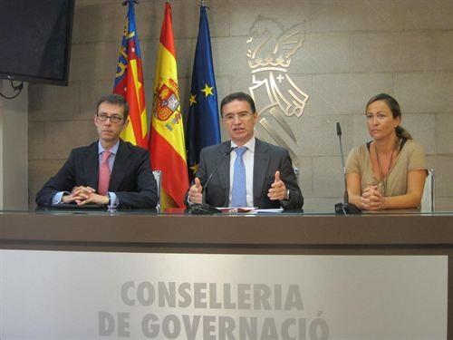 El conseller y secretario general del PP, Serafín Castellano, con Antonio Clemente y la edil de Valencia, Lourdes Bernal/gva