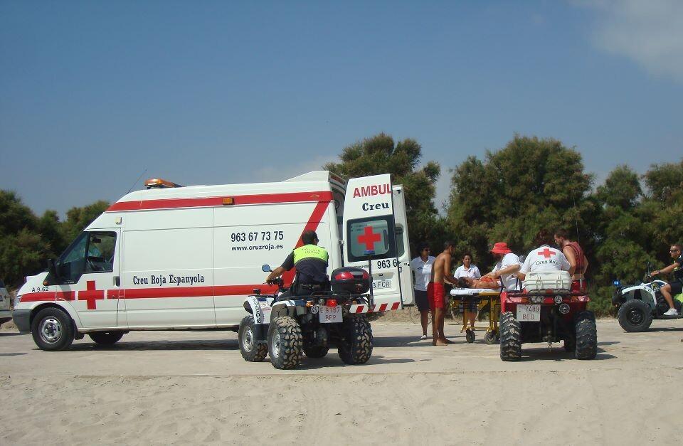 El preahogado es trasladado a la ambulancia