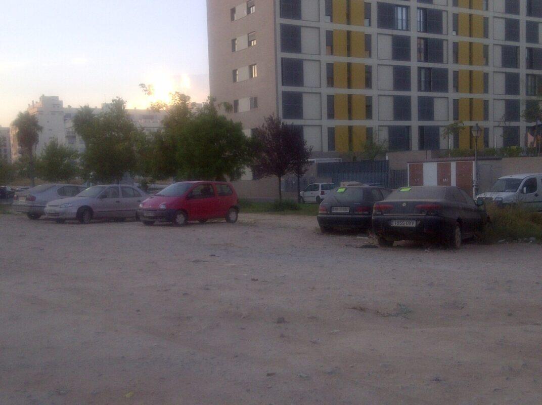 Una vista general del solar donde están los cinco vehículos entre otros turismos/vlcciudad