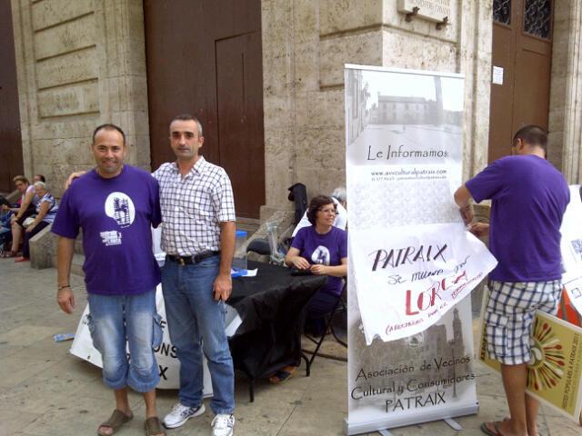 El presidente de la AA.VV. de Patraix, Toni Pla, a la izquierda con la camiseta de la campaña pro Lorca/vlcciudad