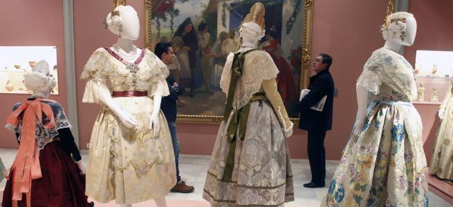 Exposición de trajes de valencianas en el Museo de la Ciudad que ha superado los 15.000 visitantes/lp