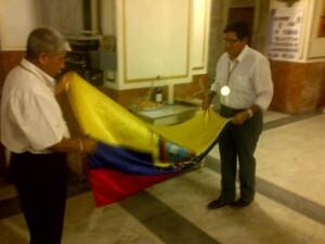 Dos ecuatorianos con la bandera de Ecuador en Santa Mónica antes de empezar la misa/vlcciudad