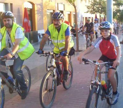 Un grupo de ciclistas en una ruta organizada en una ciudad valenciana