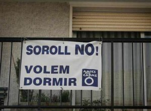 Un cartel de protesta por molestias de ruidos en el barrio de El Carmen/ep.