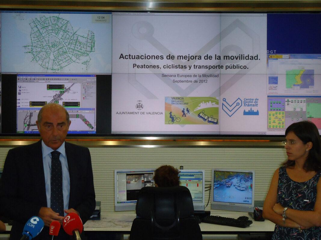 El concejal Novo explica los detalles de las medidas con la jefa de sala del centro de gestión de tráfico