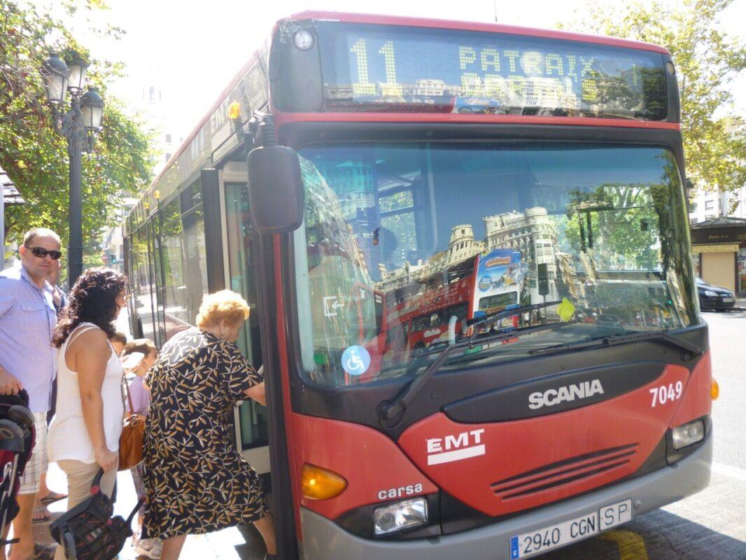 Unos usuarios subiendo hoy al autobús/emt
