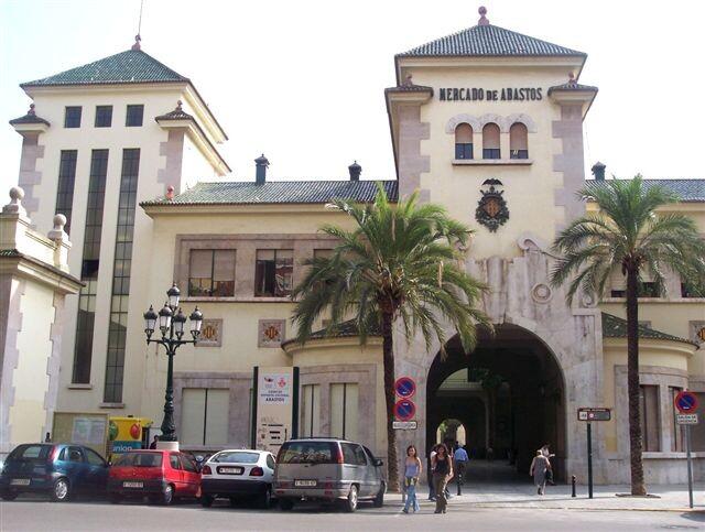 Edificio donde se encuentran la comisaría de Abastos