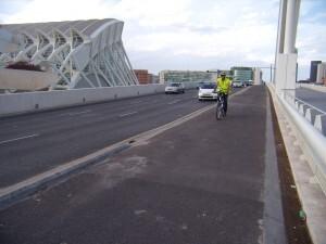 Un ciclista atraviesa el puente de Calatrava de L´Assut de L´Or/eu