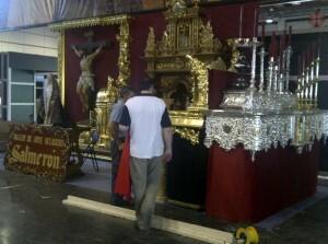 Dos personas sitúan un trono anda de la empresa de ornamentos Salmeron/vlcciudad
