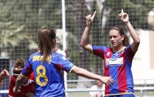 Dos jugadoras del Levante Femenino celebran un gol en la pasada temporada/jorge ramirez