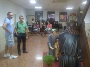 El presidente de Los Longinos explica a un cofrade del Salvador como se ha hecho el trabajo/vlcciudad