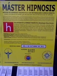 Cartel sobre el máster de hipnosis pegado en las paredes de las calles
