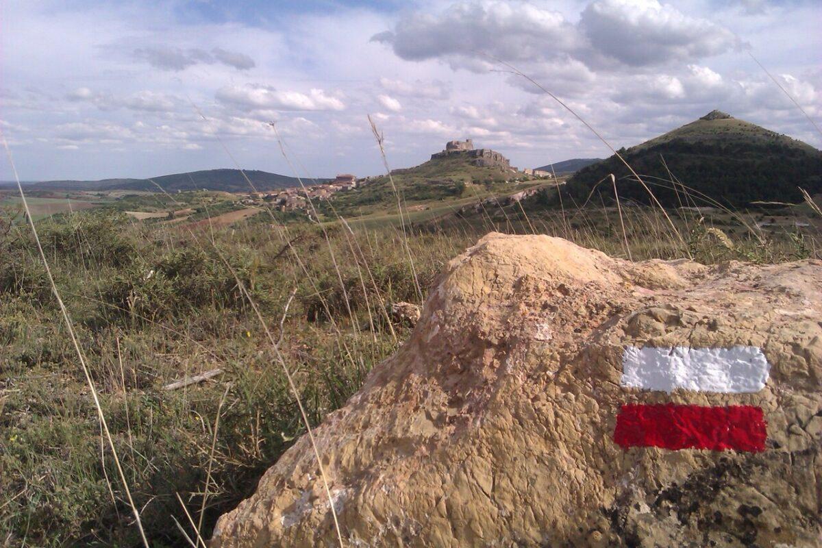 Marcas de pintura de sendero de gran recorrido del Camino del Cid