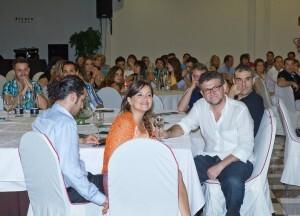 Mesa de la cena de gala con actores y otros asistentes/vlcciudad