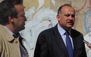Sarriá escucha al portavoz socialista, Joan Calabuig, durante una visita al barrio de Velluters/gsm ayto vlc