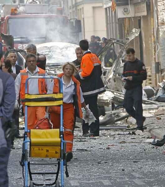 Agentes de policía y sanitarios intervienen en el lugar de la explosión, hace ahora 5 años y medio, de la calle Azcárraga