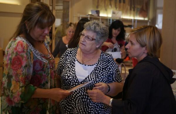 Amparo Mora durante la visita que realizó al mercadillo el año pasado